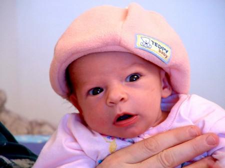 אור פיצקי כפי שהתלבשה ליציאה הראשונה שלה מהבית לסיבוב שישי המסורתי, בגיל שבועיים.