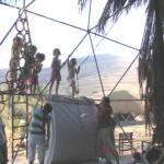 ילדים מטפסים