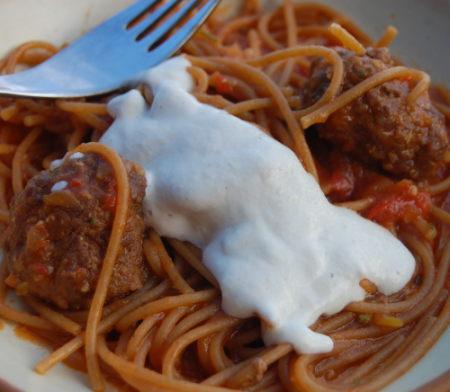 ספגטי ברוטב עגבניות וכדורי בשר. השמנת - שמנת קשיו (כשר לאוכלי פסטה עם כדורי בשר)
