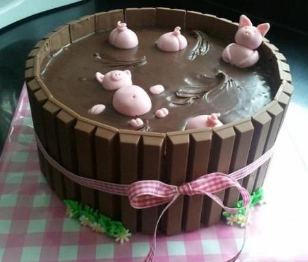חזירים מתפננים בבריכת בוץ