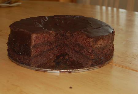 עוגת האופל, עם קרם שוקולד, עדיין בלי קצפת. (אחרי QA)