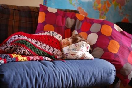 וכשסיים, נכנס הביתה, לקח כרית ושמיכה והלך לנמנם בסלון.