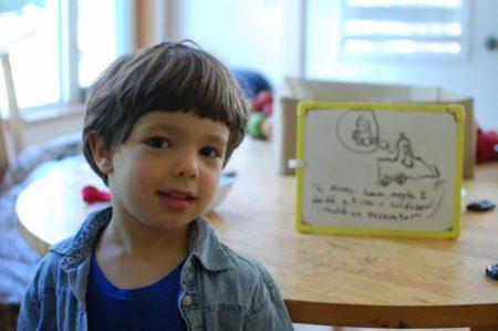 יצירה אחרת של טל. הוא צייר ציור על הלוח המחיק של אחותו ואז תיאר לי מה יש שם.