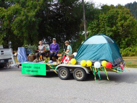 העגלה של אתר הקמפינג של הקיבוץ. לא מופיע בתמונה כי מסתיר אותו ילד: דב מחטט בצידנית (היו הרבה כאלה השנה)